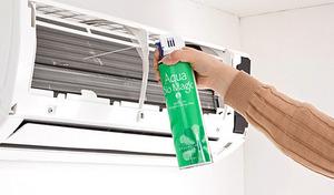 面倒なエアコン掃除もこれ1つでラクラク。アルカリイオン水でエアコン内をきれいに洗浄し、バイオパワーで嫌なニオイの原因となるカビの発生を抑制する《アクアバイオマジック エアコンクリーナー》
