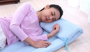 汗をサッと吸収して爽やかな寝心地を叶える。凹凸感のあるニットワッフル生地を採用し、肌にベタ付きにくく快適な使用感《吸水速乾ルクール使用ニットワッフル大判ごろ寝長座布団》