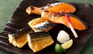 【送料込み】余分な水分を飛ばしてうま味をぎゅっと凝縮した濃厚な味わい。白いご飯のお供にぴったりの風味豊かなおいしさ《寒風干し食べ比べ 14切セット(銀鮭 3切×2P さば4切×2P)》