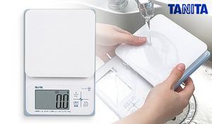 防水仕様で丸洗い可能。小麦粉などの粉が内部に入りにくい《洗えるデジタルクッキングスケール KW-220-WH》液体の計量に便利なmLモード付き
