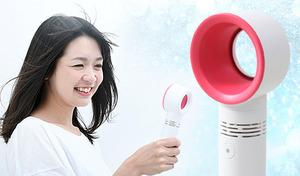 羽根がないのにしっかり涼しいハンディタイプの扇風機。スタンド付きで卓上用の扇風機としても使用可能。3段階の風量調節ができる便利な機能を搭載《携帯用扇風機 PP-0》