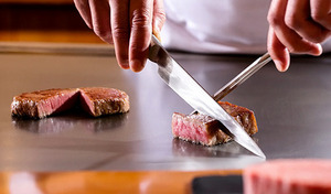 【鉄板焼ランチ】メインは選べるメニュー、国産牛ヒレ肉または真鯛・帆立・タラバ蟹。五感で味わう優雅なランチ。産地にこだわられた豪華食材が織り成す鉄板焼きに舌鼓《山科コース》
