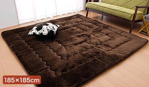 【送料込み/4色展開】床からの冷気を防ぎ、熱を逃がしにくい6層構造の極厚タイプ。アルミ不織布などを使い保温を高め、電気カーペットがなくても暖かく過ごせる《ふかふか6層ラグマット 極厚 あったか 185×185cm》