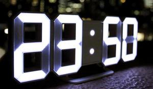 大きな時刻表示が魅力のシンプルなLEDライト式デジタル時計。3段階の調光機能やアラーム機能を搭載。置いたり掛けたりあらゆる場所に設置できる《TriClock》