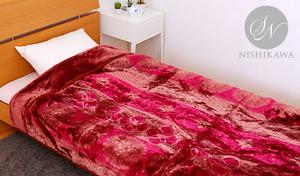 【2色展開】高級感のあるアラベスク模様があしらわれた上品な雰囲気のデザイン。ふんわり柔らかい肌触りで、暖かい空気を逃がさない2枚合わせのマイヤー毛布《昭和西川 2枚合わせ毛布 アラベスクサークル》
