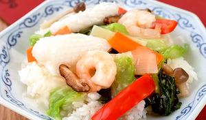 【送料込み】東京・青山の「シャンウェイ」佐々木孝昌シェフ監修。塩味は鶏ガラスープベースであっさりと。醤油味はコクと香りある逸品《彩り野菜の中華丼 塩味・醤油味 180g×各4袋 計8袋》