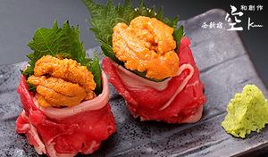 【新宿駅より徒歩3分の人気店で大人の宴】雲丹おにぎりや宮崎日向鶏の炭火焼など、豪華食材を使用した料理を堪能《「空-Kuu」贅沢堪能コース》全国各地の地酒など、豊富なドリンクをラインアップ