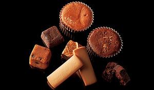 【送料込み】ホテルオークラ自慢のスイーツを厳選。フルーツケーキ・チョコレートケーキ・レーズンサンド・マドレーヌ・ブラウニーネーブルなど、豪華15個詰め合わせ《ホテルオークラ スイーツアソートセット》