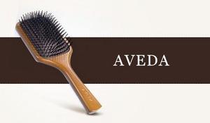 【ベストセラー】ドライヤーで乾かした髪をしっとりと落ち着かせ、指通りのよい髪に整えるヘアブラシ。毛先までさらさらとした美しい髪に《アヴェダ パドルブラシ》