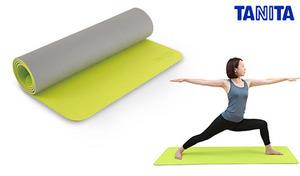 体重がかかるエクササイズポーズもキープしやすい、伸びにくく滑りにくい素材を使用。手足を置くラインとマーク入りで、ヨガのポージングも美しく《タニタサイズ エクササイズマット TS-951》