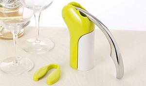 ハンドルを下げてから上げるだけ、最短3秒でワインのコルクが抜ける《ラクリス コルクスクリュー》キュートなデザインでインテリアとしても優秀。便利なフォイルカッター付きなので、ワインをもっと手軽に楽しめます