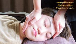 【小顔調整80分】顔の左右差・ゆがみにアプローチ。頭からデコルテまでじっくりほぐすから、肩や首のコリにお悩みの方にも《小顔調整+首肩コリ改善80分》心地よい圧で行う、癒やしの施術