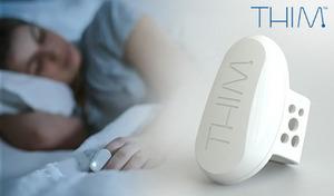 自然に眠りに入ることを覚え入眠しやすい体へと導く、指輪型の「睡眠トレーニングデバイス」。専用アプリが睡眠データを記録し、睡眠の質を確認できる《THIM THIM01》