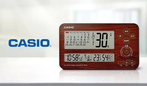 細やかなディスプレイ表示だけでなく、音声ガイドでも時刻・日付・温湿度・暦などを案内。空間を問わず使いやすい、置き・掛け両用デジタル電波時計《六曜カレンダー電波クロック IDC-450J-5JF》