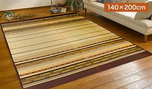 お部屋を南国のような雰囲気に演出する沖縄伝統のミンサー織りで作られたい草ラグ。い草を100%使用し、さらっと爽やかな使用感が特徴《沖縄ミンサー柄のい草ラグ 140×200cm》