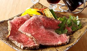 【送料込み】やわらかくジューシーな食感が魅力のアンガスビーフを使用した絶品ローストビーフ《黒粋ローストビーフ 約400g》サラダやオードブル、ワインのお供にも