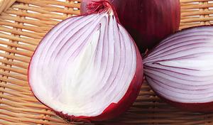 【送料込み】一般流通していない希少品種の赤玉ねぎ。話題の機能性素材の野菜で、バランスのとれたヘルシーな食生活を《北海道産 さらさらレッド 約2kg(25玉前後)》
