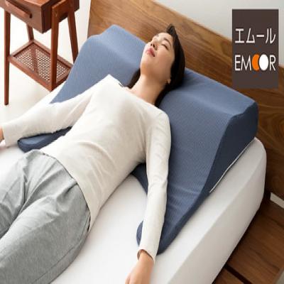 頭・首・背中・腕までも支えてくれる、こだわりの大判サイズ枕。人間工学の考えを基に設計されたネックカーブシェイプにより、快適で心地よい眠りへ《頭・肩・背中を一緒に支えてくれる枕》