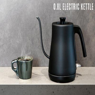 注ぎやすく設計された細口タイプ。ステンレスに塗装をほどこした質感と手軽に使うためにコンパクトにデザインされた形がキッチンを美しく飾ります。《0.8L  ELECTRIC KETTLE》