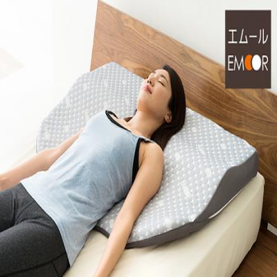 頭から首、背中までを、面で支えてくれる大判形状「枕」。ほどよい傾斜とフィット感により、仰向けでも横向きでも快適な睡眠をサポート《肩・首・背中を解放する新感覚枕》