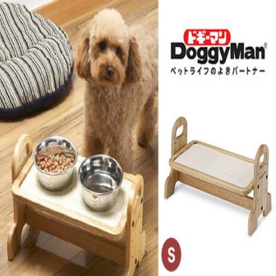 ラクな姿勢で、大切なペットの食事をもっと快適に。ペットの体型に合わせて、テーブルの高さが3段階に調整が可能《ウッディーダイニングS》