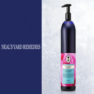 《ニールズヤードレメディーズ ローズシャンプー 1,000mL》紫外線による髪のダメージが気になる方に。ローズエキスを配合し、濃密なうるおいでしっとりと洗い上げる