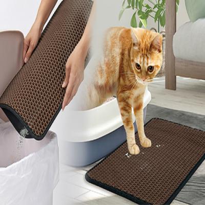 猫のトイレ前に設置するだけで、足裏についた猫砂を散らばる前にしっかりとキャッチ。まとめて捨てられるからお掃除簡単《猫砂らくらくお掃除マット》