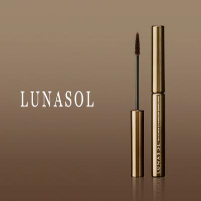 《ルナソル スタイリングアイブロウマスカラ 02 Brown》 髪の色に合わせた眉カラーでお洒落に磨きをかけて。高密度のツリー型ブラシが眉の根元から均一にカラーリングしてナチュラルな仕上がりを実現