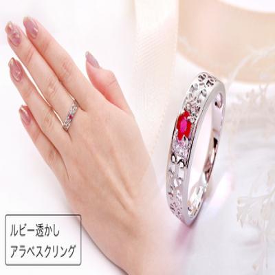 7月の誕生石ルビーをアラベスク調の透かしデザインでクラシカルに仕上げたリング。鮮やかなカラーコントラストで手元を印象的に彩る逸品《ルビー透かしアラベスクリング》